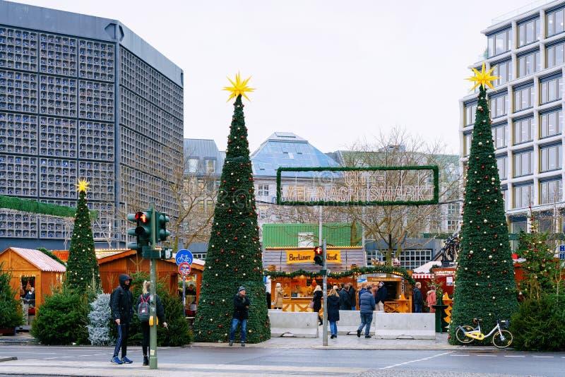 Berlin, Allemagne - 11 décembre 2017 : Arbres de Noël près de marché de Noël chez Kaiser Wilhelm Memorial Church en hiver Berlin, photo stock