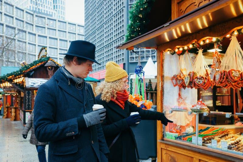 Berlin, Allemagne - 11 décembre 2017 : Couples à la stalle avec des biscuits de pain d'épice sur le marché de Noël chez Kaiser Wi images stock