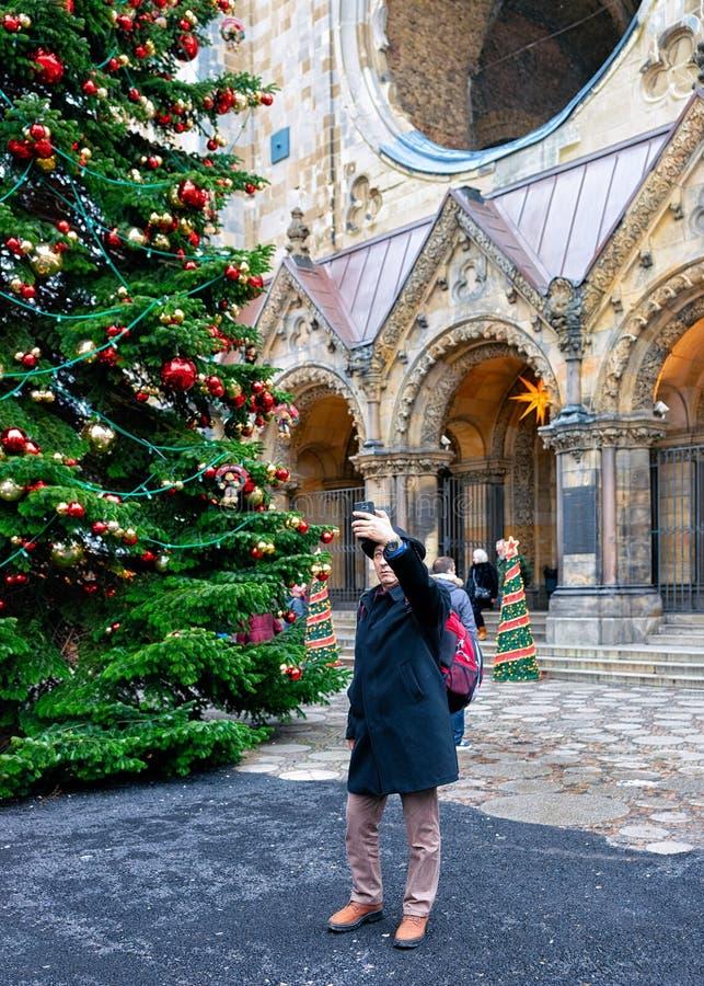 Berlin, Allemagne - 11 décembre 2017 : Homme faisant le selfie au marché de Noël chez Kaiser Wilhelm Memorial Church en hiver Ber photos stock