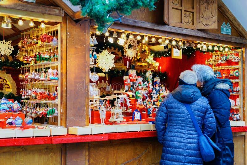 Berlin, Allemagne - 11 décembre 2017 : Les gens à la stalle sur le marché de Noël chez Kaiser Wilhelm Memorial Church en hiver Be image libre de droits