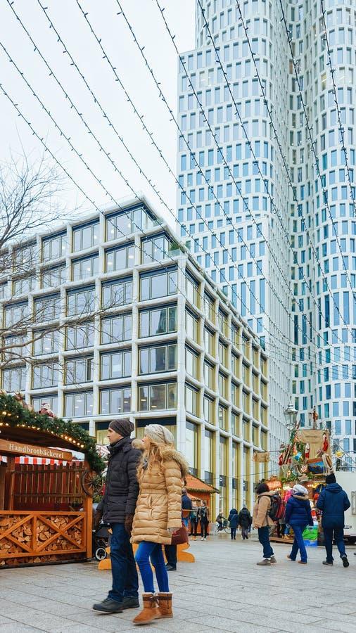 Berlin, Allemagne - 11 décembre 2017 : Les gens au marché de Noël chez Kaiser Wilhelm Memorial Church en hiver Berlin, Allemagne photo stock
