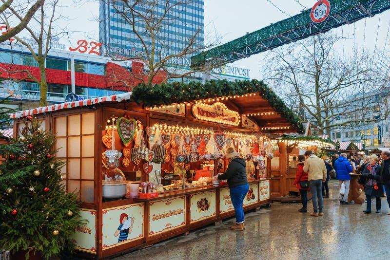Berlin, Allemagne - 11 décembre 2017 : Les gens au stand avec des bonbons sur le marché de Noël chez Kaiser Wilhelm Memorial Chur image stock