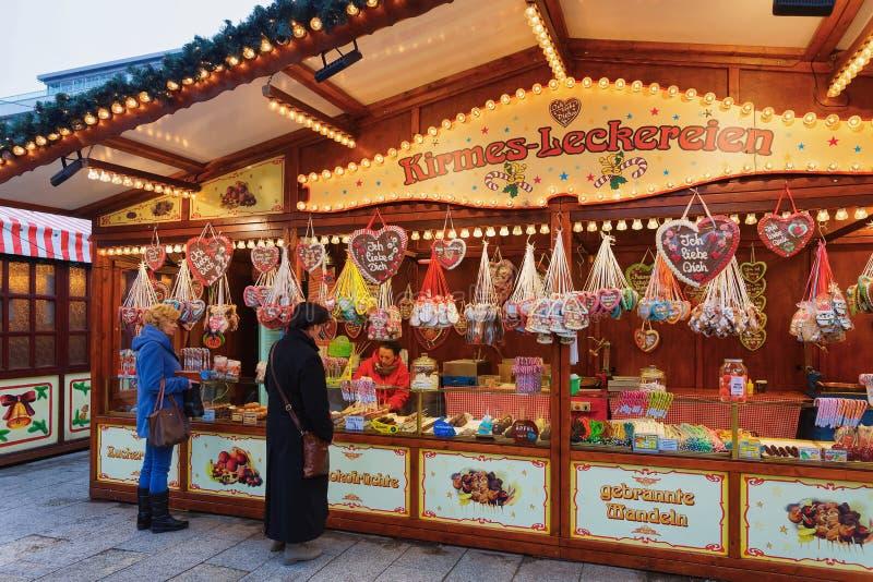 Berlin, Allemagne - 11 décembre 2017 : Les gens aux stalles avec des bonbons au marché de Noël chez Kaiser Wilhelm Memorial Churc photo libre de droits