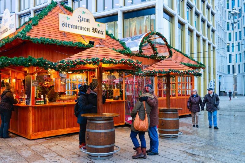Berlin, Allemagne - 11 décembre 2017 : Les gens aux stalles du marché de Noël, chez Kaiser Wilhelm Memorial Church en hiver Berli photographie stock libre de droits