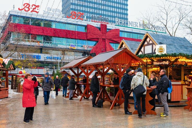 Berlin, Allemagne - 11 décembre 2017 : Les gens dans des stalles du marché de Noël chez Kaiser Wilhelm Memorial Church en hiver B photographie stock