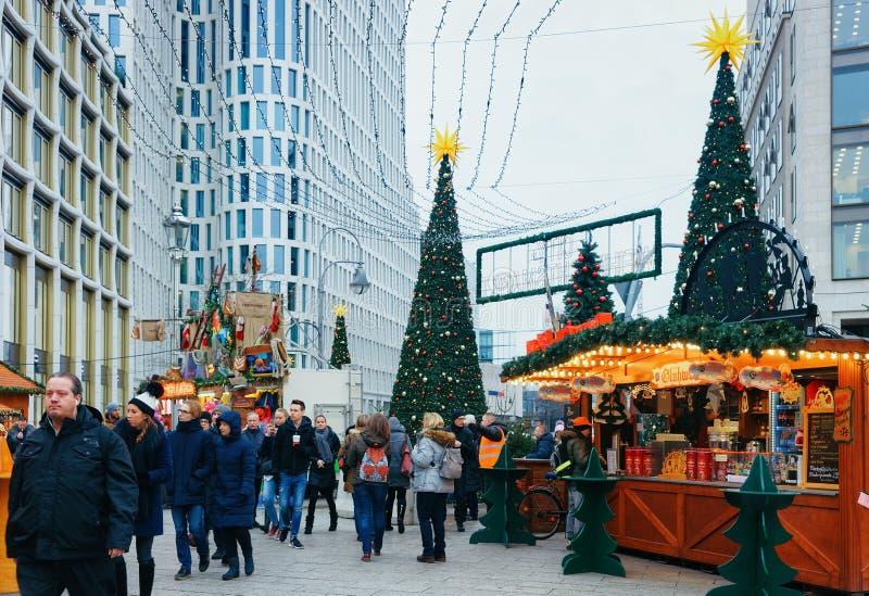 Berlin, Allemagne - 11 décembre 2017 : Les gens sur le marché de Noël chez Kaiser Wilhelm Memorial Church en hiver Berlin, Allema image libre de droits