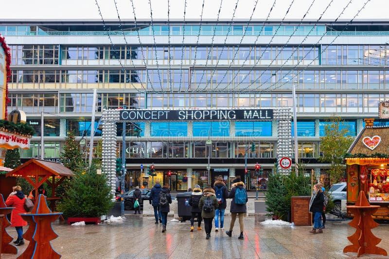 Berlin, Allemagne - 11 décembre 2017 : Les gens sur le marché de Noël et le centre commercial chez Kaiser Wilhelm Memorial Church photographie stock
