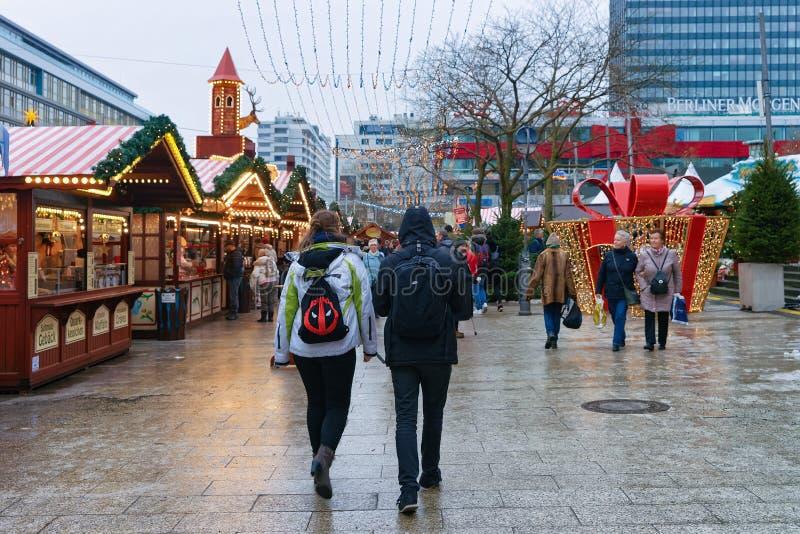 Berlin, Allemagne - 11 décembre 2017 : Les gens sur le marché de Noël près de Kaiser Wilhelm Memorial Church en hiver Berlin, All photographie stock