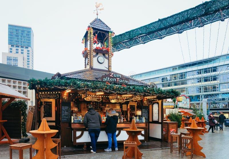 Berlin, Allemagne - 11 décembre 2017 : Marché de Noël et Kaiser Wilhelm Memorial Church en hiver Berlin, Allemagne Advent Fair image libre de droits