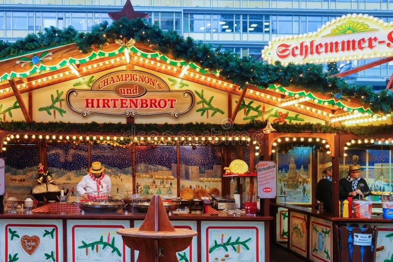Berlin, Allemagne - 11 décembre 2017 : Stalle avec des bonbons au marché de Noël chez Kaiser Wilhelm Memorial Church en hiver Ber image libre de droits