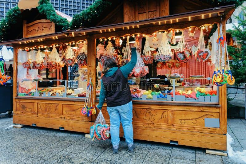 Berlin, Allemagne - 11 décembre 2017 : Stalle avec des bonbons près de marché de Noël chez Kaiser Wilhelm Memorial Church en hive photos libres de droits