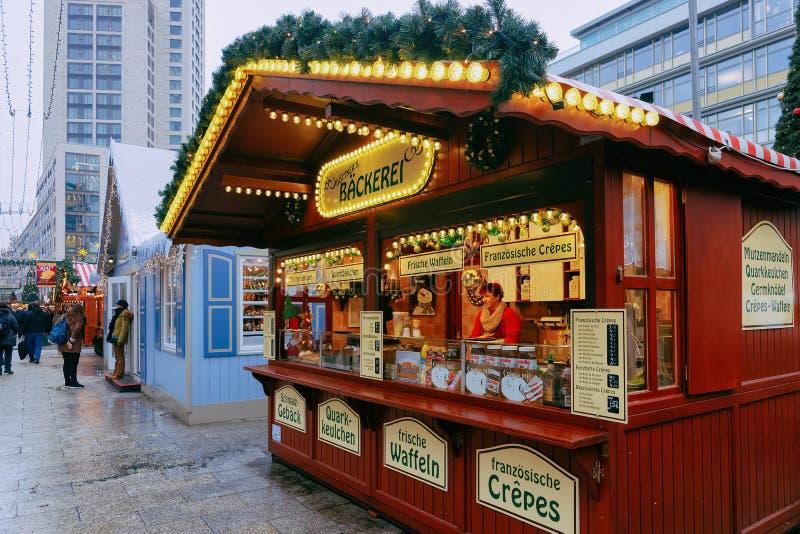 Berlin, Allemagne - 11 décembre 2017 : Stalle avec des bonbons sur le marché de Noël chez Kaiser Wilhelm Memorial Church en hiver photo stock