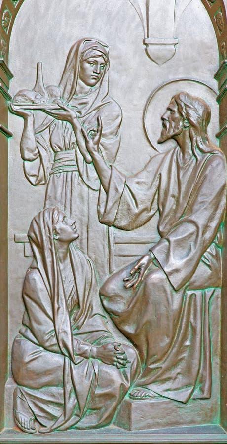 BERLIN, ALLEMAGNE, FÉVRIER - 14, 2017 : Le soulagement en bronze du dialogue de Jesus Visit Martha et de Mary sur la porte des DO photo stock