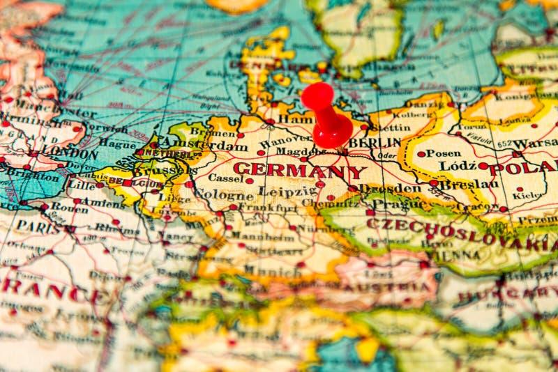 Berlin, Allemagne a goupillé sur la carte de vintage de l'Europe photographie stock libre de droits