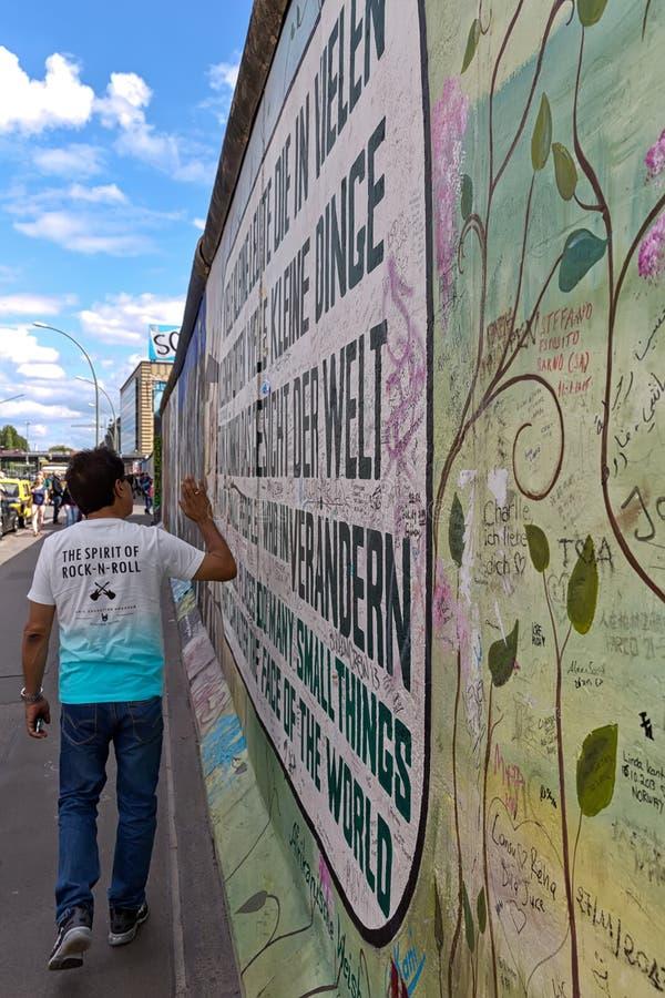 BERLIN, ALLEMAGNE - JUILLET 2015 : Graffiti de Berlin Wall vu le 2 juillet photo stock