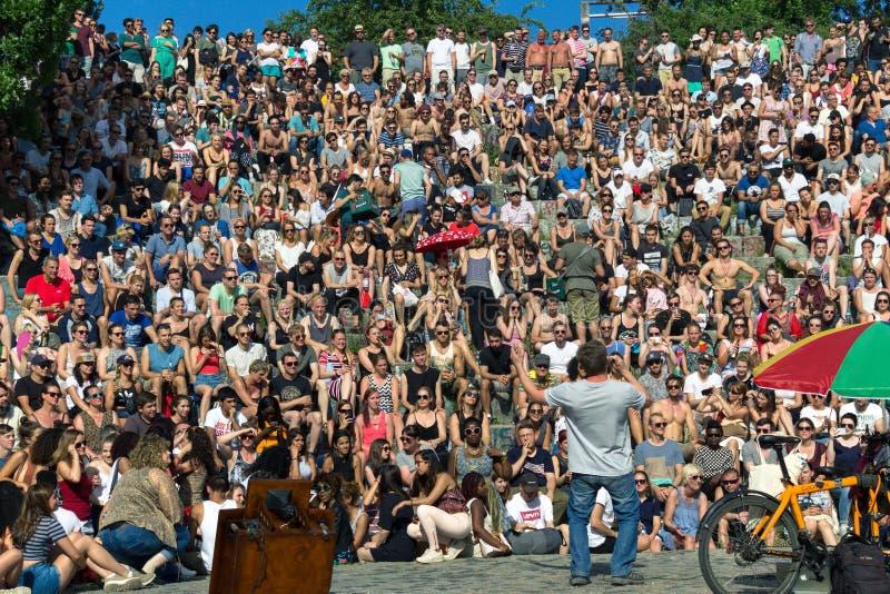 BERLIN, ALLEMAGNE - 11 juin 2017 : Équipez le chant à une foule dans le s photo libre de droits