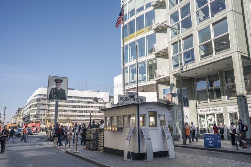 BERLIN, ALLEMAGNE, LE 7 AVRIL 2018 : le mémorial et le musée de Checkpoint Charlie dans Friedrichstraße, beaucoup de touristes no images stock