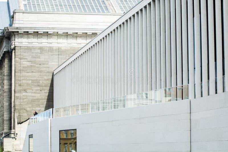 14 05 2019 Berlin, Allemagne ?le de mus?e et ses mus?es De touristes la rue avec des vues Architecture avec des colonnes images libres de droits