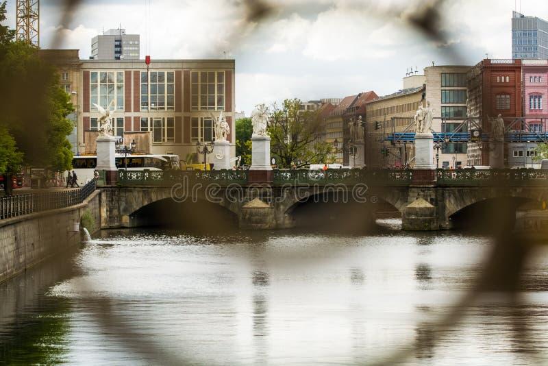 14 05 2019 Berlin, Allemagne ?le de mus?e Une vue de la rivi?re et de la ville du pont et de sa vieille balustrade photos libres de droits