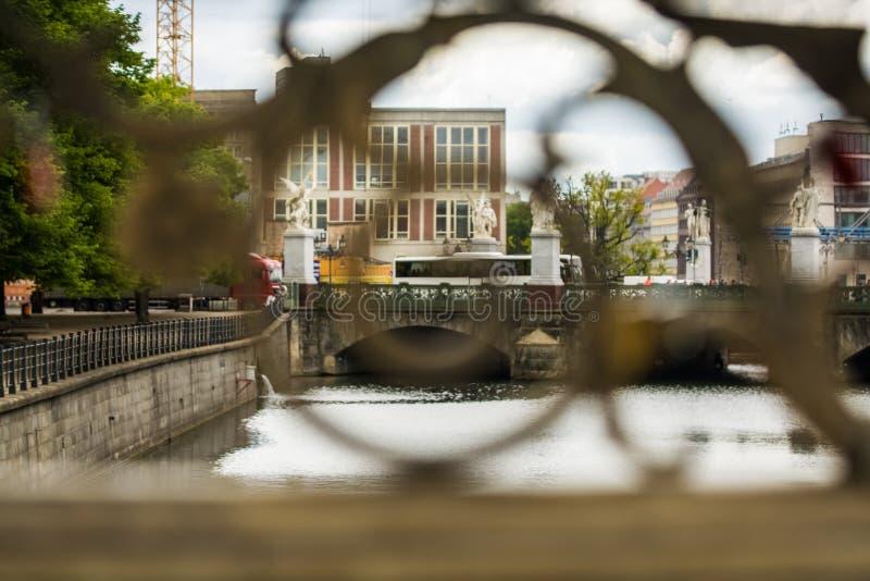 14 05 2019 Berlin, Allemagne ?le de mus?e Une vue de la rivi?re et de la ville du pont et de sa vieille balustrade images libres de droits