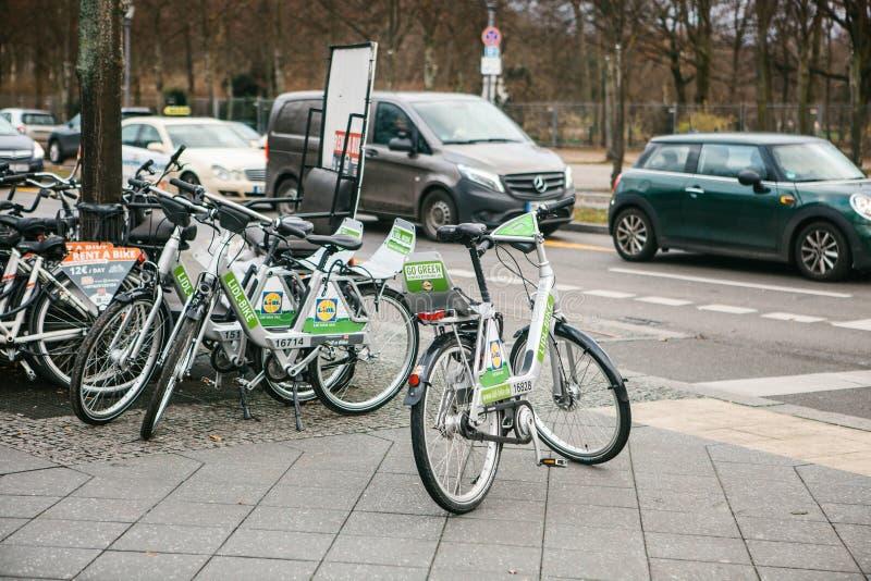 Berlin, Allemagne le 15 février 2018 : Louez une bicyclette pour se déplacer autour de la ville Un moyen qui respecte l'environne photo libre de droits