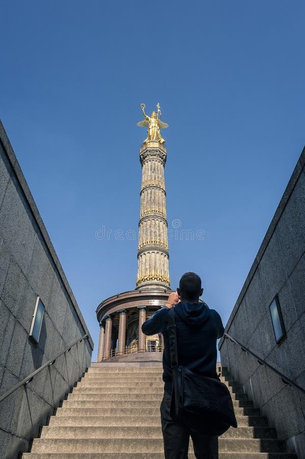 BERLIN, ALLEMAGNE, LE 11 MAI 2017 : Touriste non identifié prenant la photo de Berlin Victory Column du passage souterrain au Re photos stock