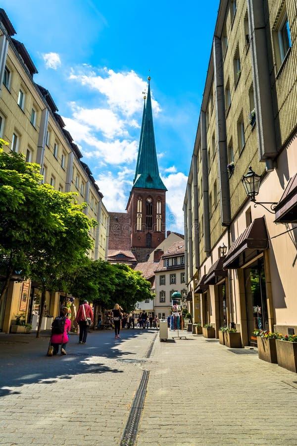 Berlin, Allemagne - 25 mai 2015 : Rue à Berlin avec vue sur l'église de Saint-Nicolas images stock