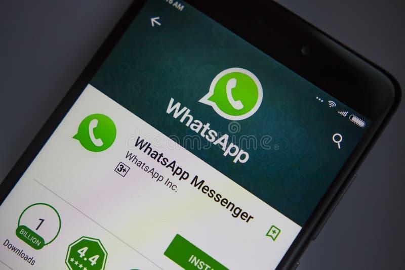 Berlin, Allemagne - 19 novembre 2017 : Application de WhatsApp sur l'écran du plan rapproché moderne de smartphone images stock