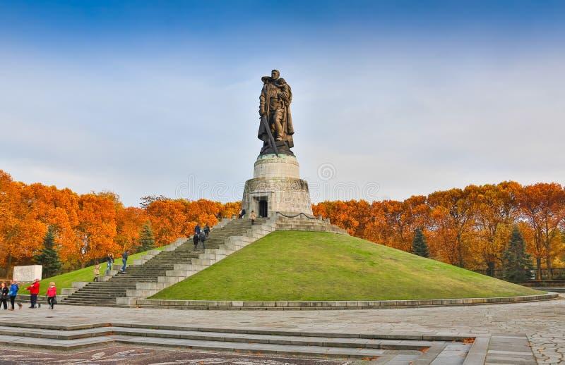 BERLIN, ALLEMAGNE - 2 OCTOBRE 2016 : Monument au soldat soviétique se tenant à l'enfant allemand de mains au mémorial de guerre s image libre de droits