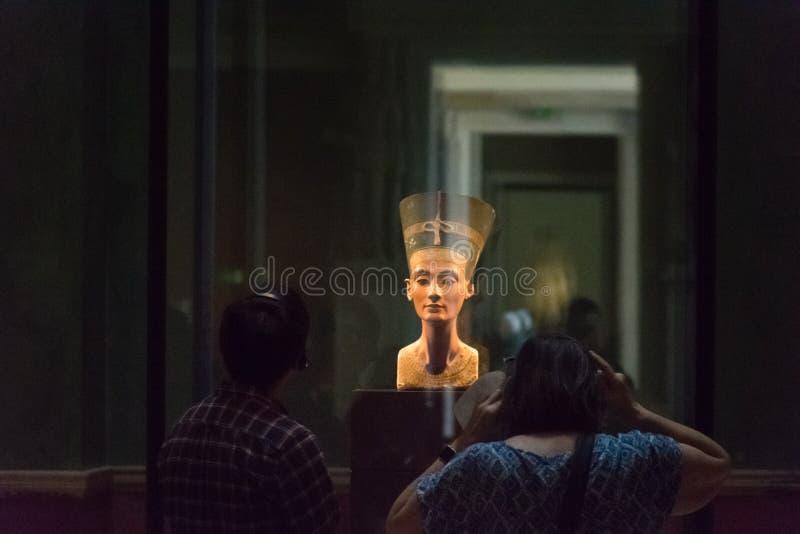 BERLIN, ALLEMAGNE - 26 SEPTEMBRE 2018 : Image foncée du buste de Nerfertiti, une statue de l'épouse royale de l'Egyptien image libre de droits