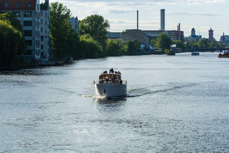 14 05 2019 Berlin, Allemagne Une vue de la rivi?re et de la c?te de la ville avec ses b?timents et bateaux dans le jour ensoleill photo stock