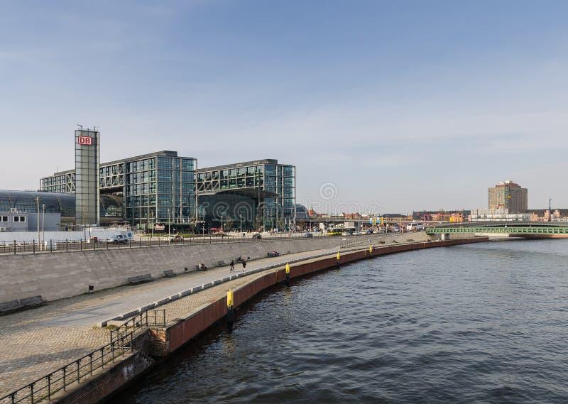 BERLIN - APIRL 17, 2013: Ansicht des Berlin Hauptbahnhof-statio lizenzfreies stockfoto