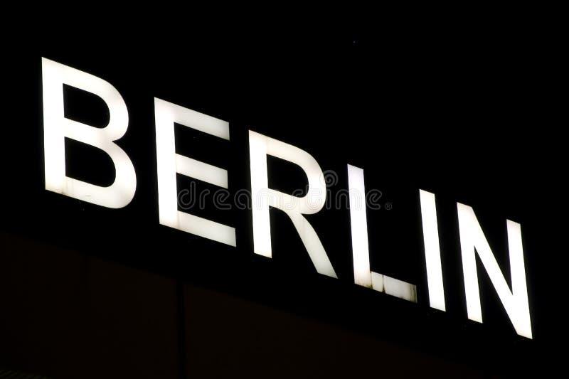 Berlin belichtete Zeichen lizenzfreie stockbilder