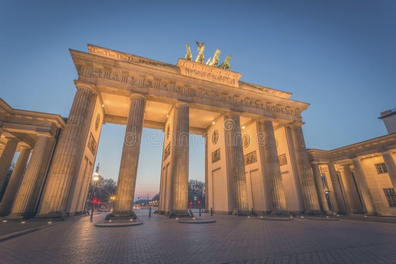 Berlin Brandenburger Tor alla notte fotografie stock libere da diritti