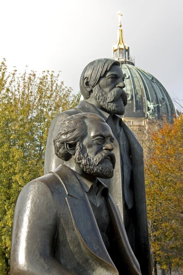 berlin bronze engels marx arkivfoto