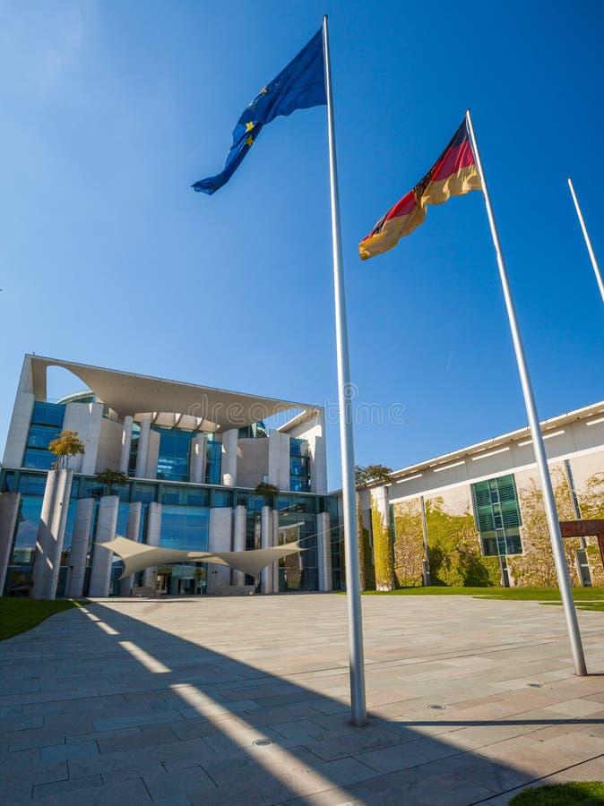 Berlin Bundeskanzleramt con las banderas imagen de archivo libre de regalías