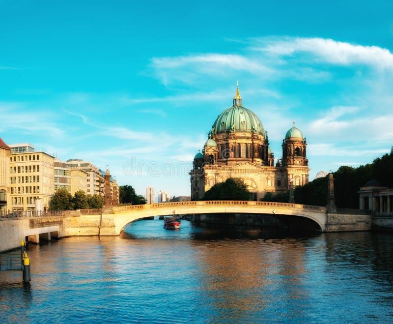 Berlin Cathedral, Ansicht über Gelagefluß stockfotos