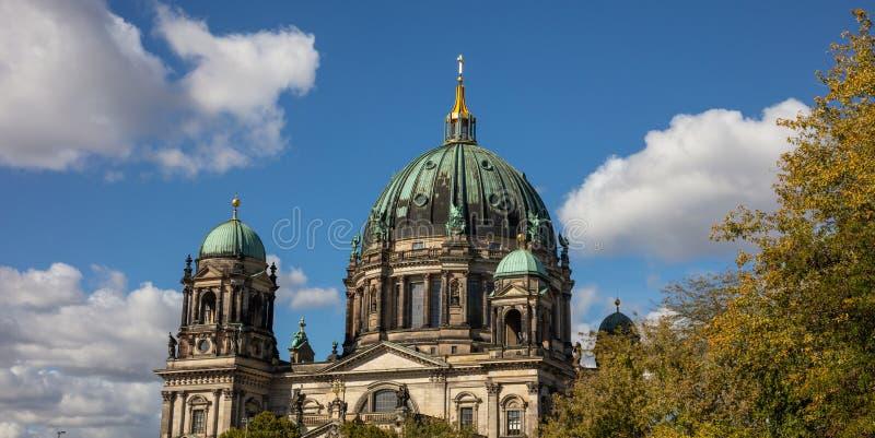Berlin Cathedral, berlinês da abóbada, Berlin Germany, contra o céu azul fotografia de stock