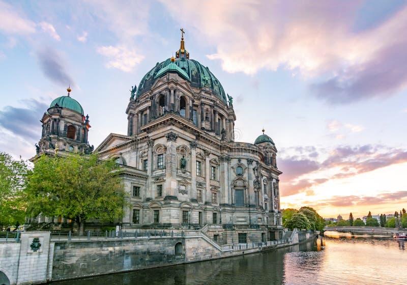 Berlin Cathedral Berliner Dom bij zonsondergang, Duitsland royalty-vrije stock afbeelding