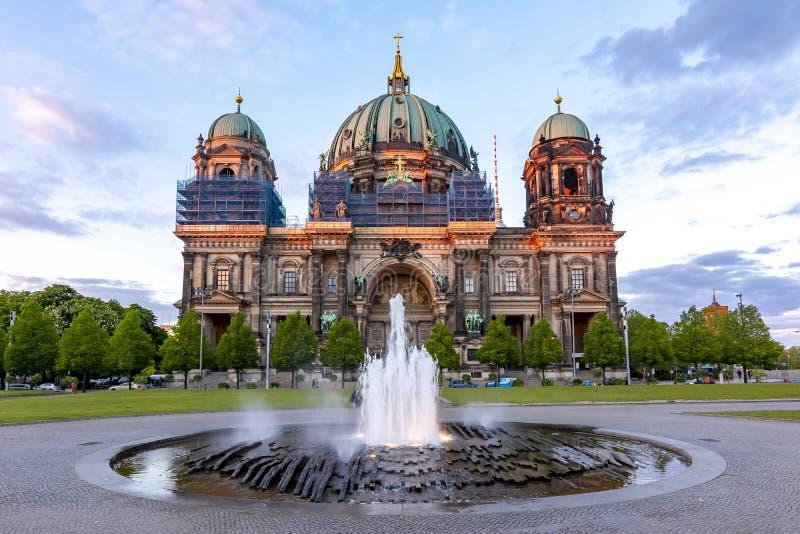 Berlin Cathedral Berliner Dom en la isla de museo en la puesta del sol, Alemania imágenes de archivo libres de regalías