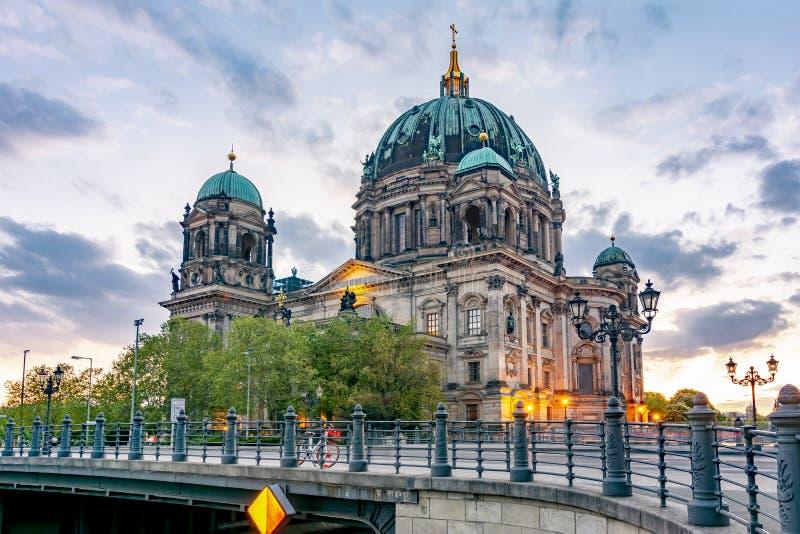 Berlin Cathedral Berliner Dom en la isla de museo en la puesta del sol, Alemania fotografía de archivo