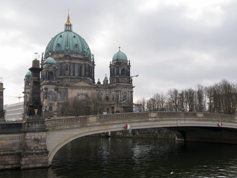 Berlin Cathedral/Berliner Dom en Schloss overbruggen/Schlossbrucke, Berlijn, Duitsland stock afbeeldingen
