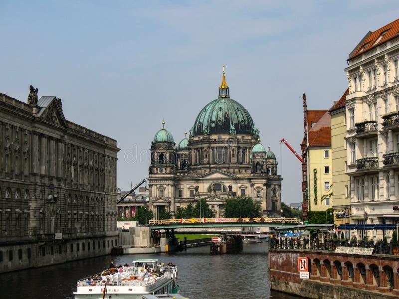 Berlin Cathedral, Berliner Dom over Fuifrivier in Berlijn, Duitsland stock foto's