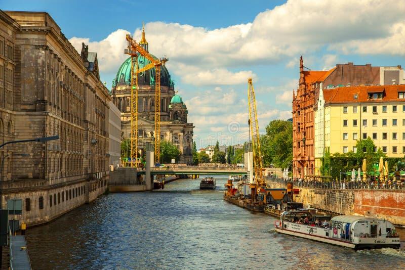 Berlin Cathedral Berliner Dom y la diversión del río Berlín, Alemania Terraplén, naves del río foto de archivo libre de regalías
