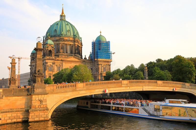 Berlin Cathedral Church Berliner Dom e ponte di Friedrichs, Berlino, Germania Deutschland immagini stock libere da diritti