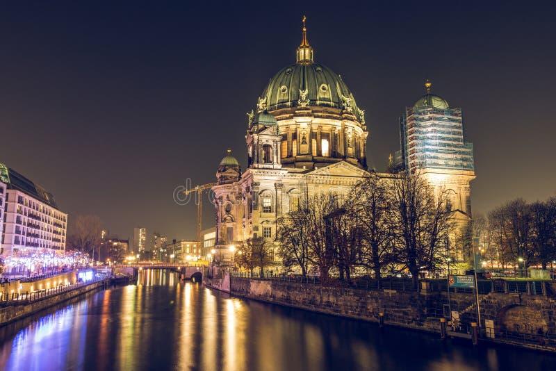 Berlin Cathedral an der Nacht und am Fluss Gelage stockfoto