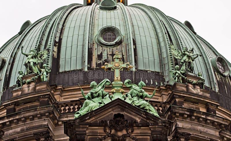 Berlin Cathedral: detalhe arquitetónico da abóbada de bronze imagens de stock royalty free