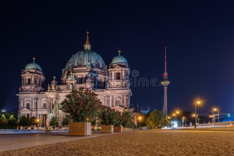 Berlin Cathedral et tour Fernsehturm de TV la nuit images stock