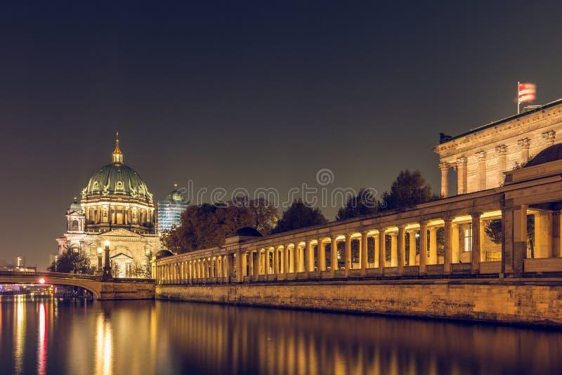 Berlin Cathedral na noite com a arcada do National Gallery na série do rio imagem de stock royalty free