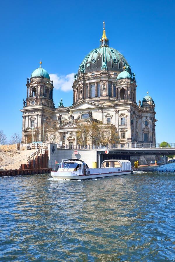 Berlin Cathedral oder Bewohner von Berlin Dom mit einer Brücke über Fluss Spr lizenzfreie stockfotografie